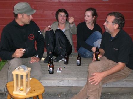 Mack-Bier vor der roten Hütte