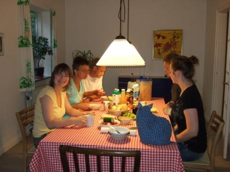 Camillas Papa Mik freut sich, dass er mal nicht allein frühstücken muss - Frühaufsteher!