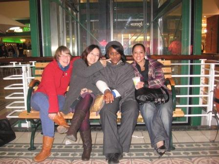 Anita (DE), Nancy (CH), Fahcina (USA) und Michelle (SA) in der Shopping Mall