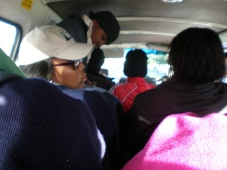 volles Taxi auf dem Weg in die Uni