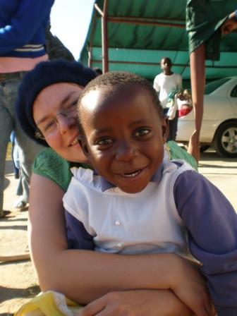 Busisiwe (4) zeigt mir ihr neues Kleid.