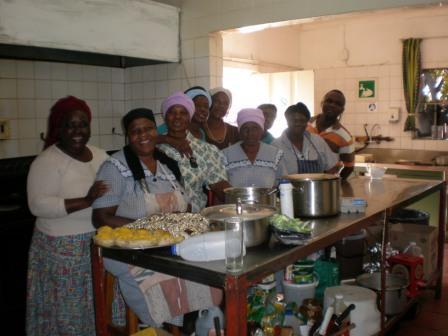 Charles' Tante und ihre Crew in der Küche.